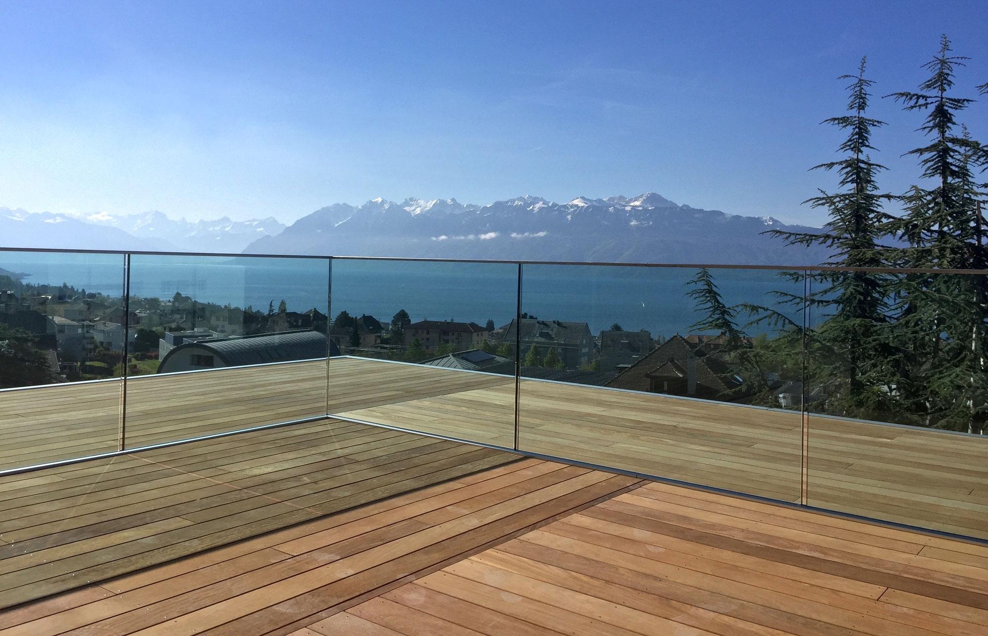 Terrasse en bois avec balcon à Pully