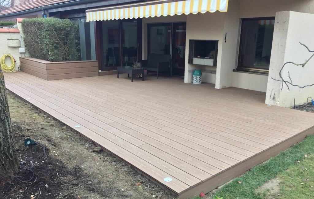 Terrasse en bois composite avec cache-haie