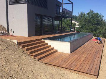 Terrasse en bois avec entourage piscine et escalier 1
