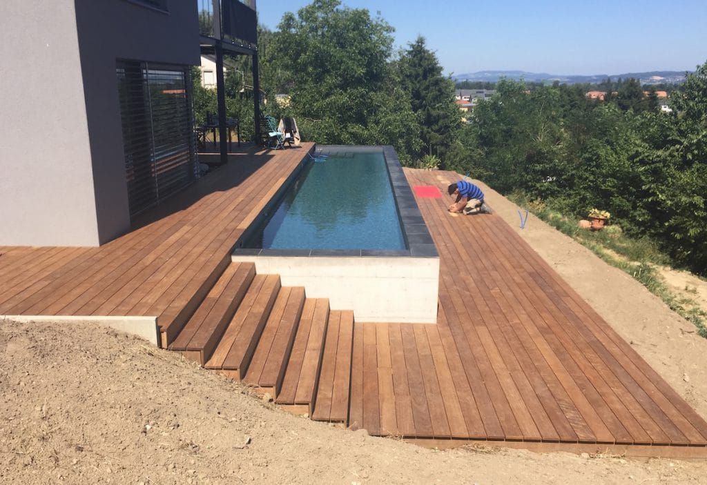 Terrasse en bois avec entourage piscine et escalier 2