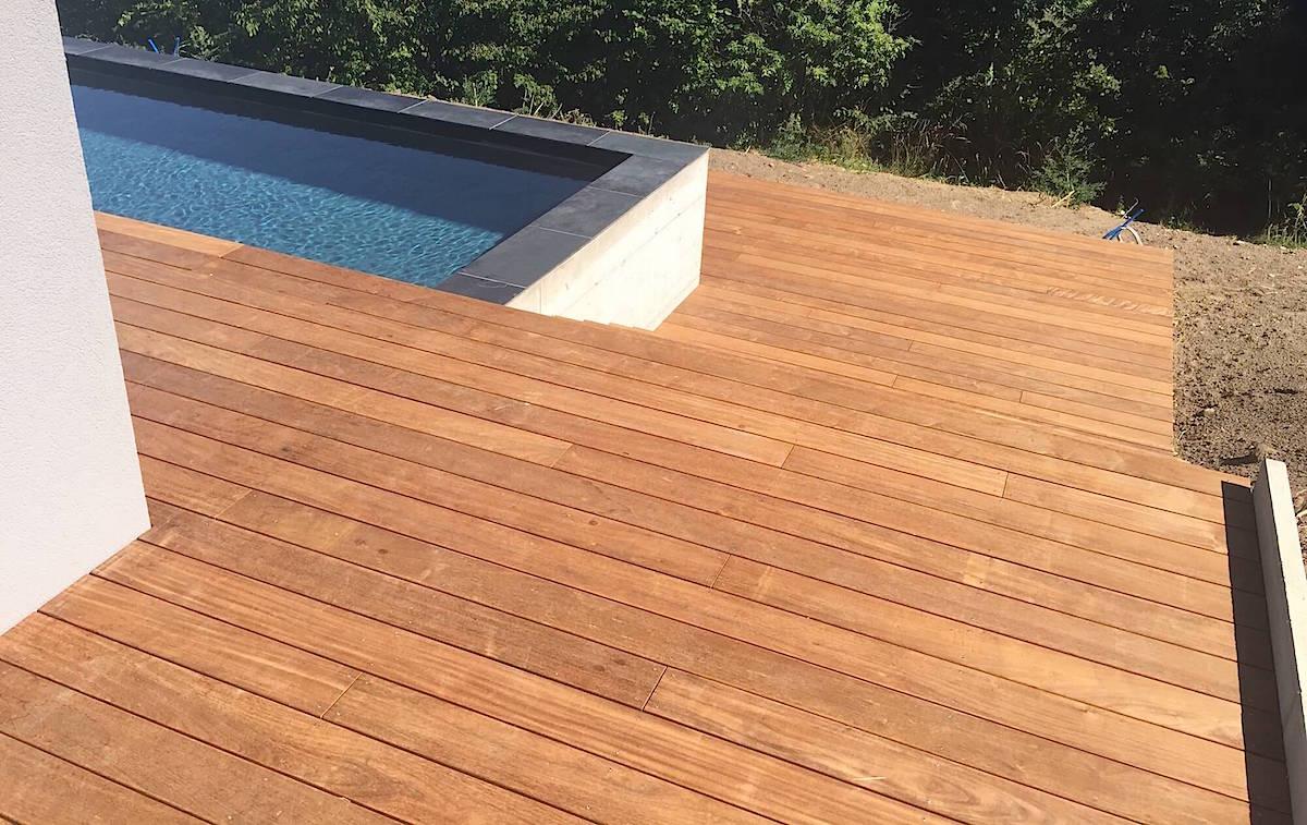 Terrasse en bois avec entourage piscine et escalier3