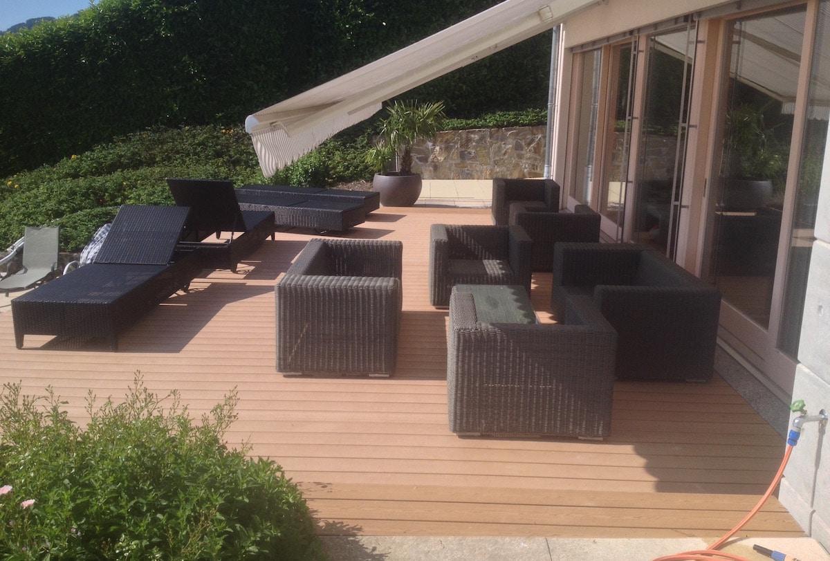 Terrasse en bois composite surélevée.